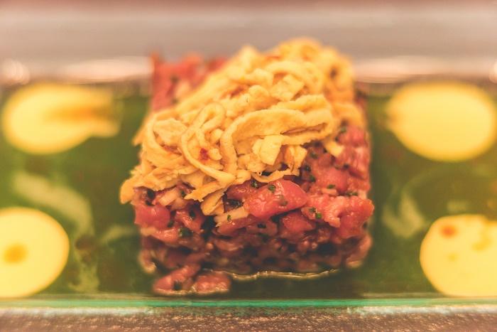 Tartare από μοσχαρίσιο κόντρα με κρέμα wasabi αγγούρι, σχοινόπρασο, soya και σουσάμι