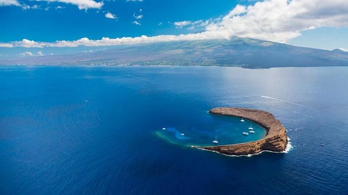 molokini-crater-boats-maui-hawaii.jpg.rend.tccom.966.544
